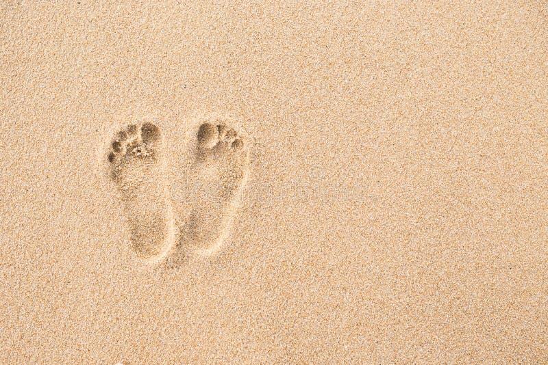 在海滩的脚印在沙子背景中 库存照片
