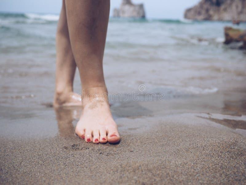 在海滩的脚 库存图片