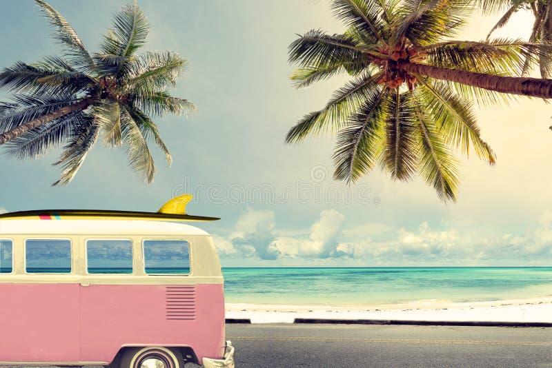 在海滩的葡萄酒汽车 免版税库存照片