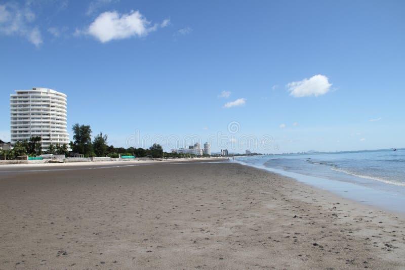 在海滩的蓝天大厦 免版税库存照片