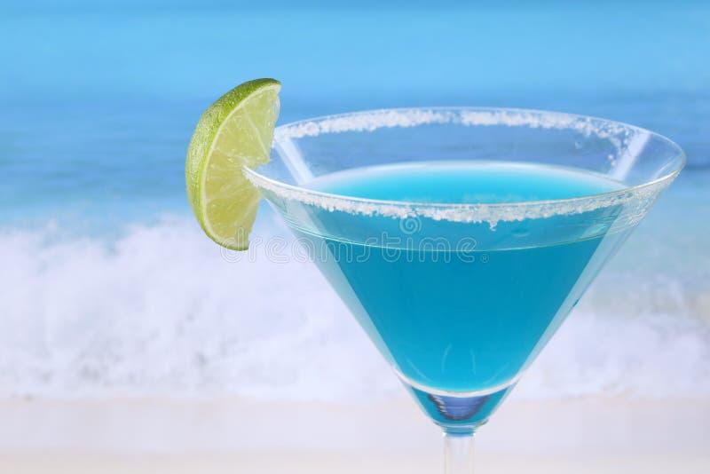 在海滩的蓝色库拉索岛鸡尾酒与copyspace 免版税库存图片