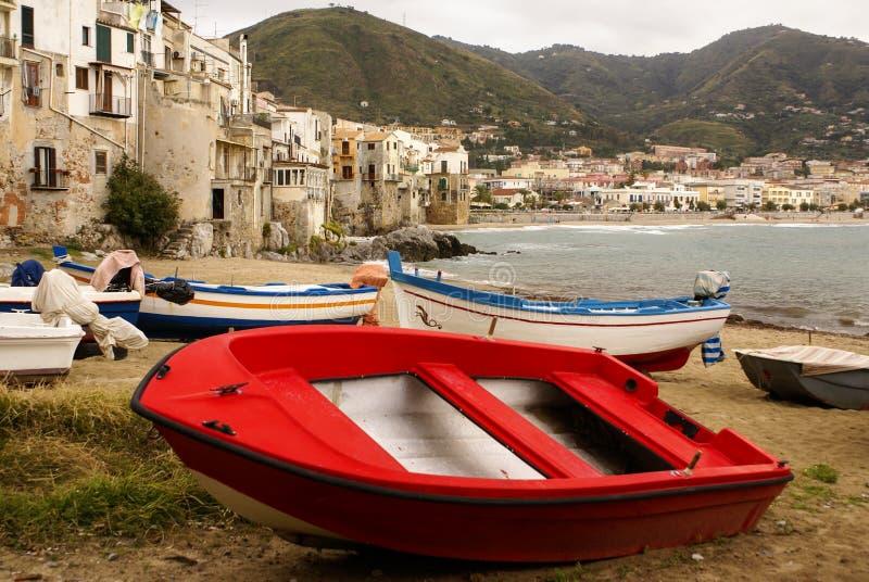 在海滩的西西里人的渔船在Cefalu,西西里岛 库存照片
