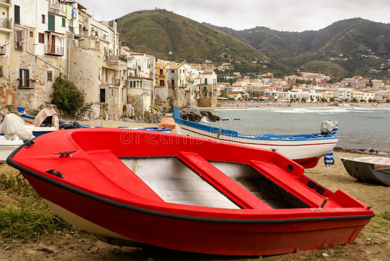 在海滩的西西里人的渔船在Cefalu,西西里岛 免版税库存图片