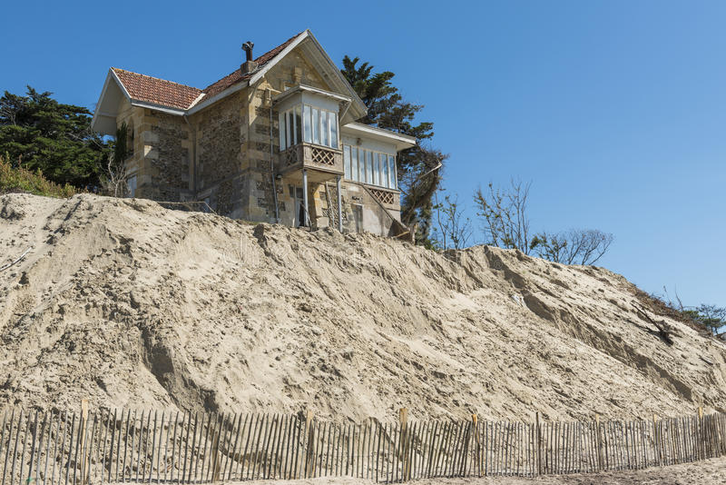 在海滩的议院侵蚀 免版税库存图片