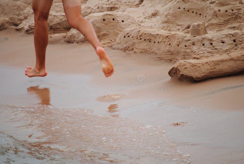 在海滩的赛跑者 免版税库存图片