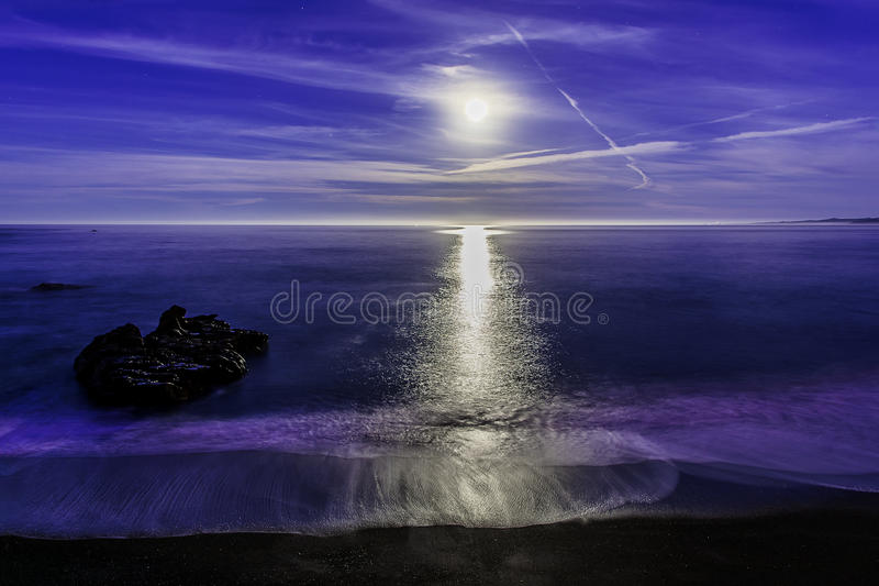 在海洋的超级月亮设置 免版税库存图片