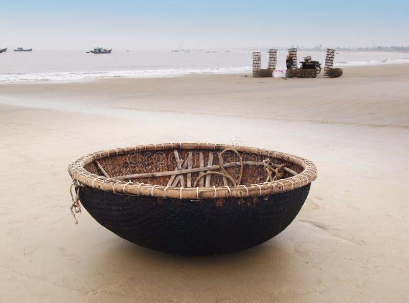 在海滩的越南小船在岘港,越南。 库存图片