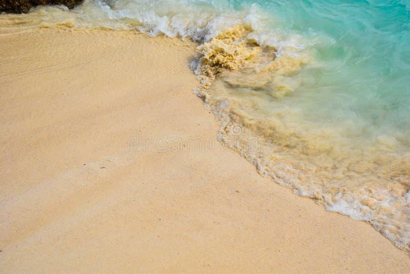 在海滩的软的激流 免版税库存图片
