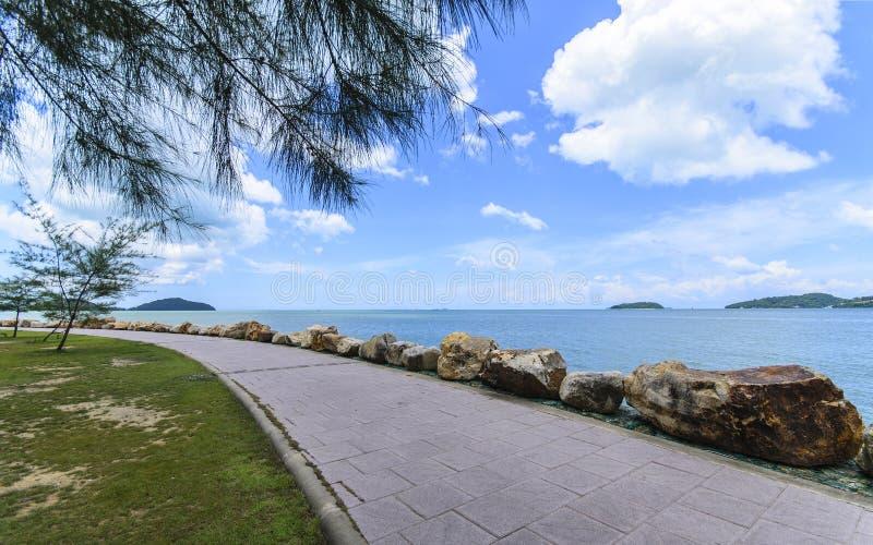 在海滩的边路 免版税库存图片