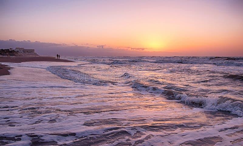 在海滩的金黄小时 免版税库存图片