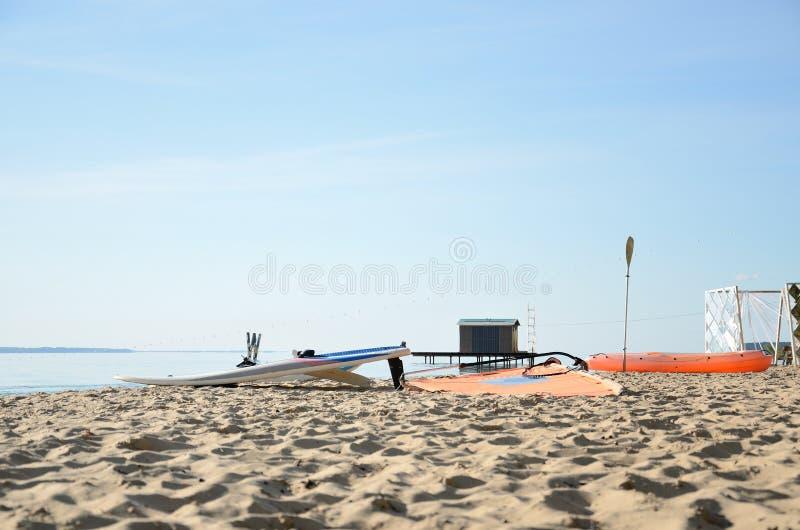 在海滩的风帆冲浪的设备在夏日 库存照片