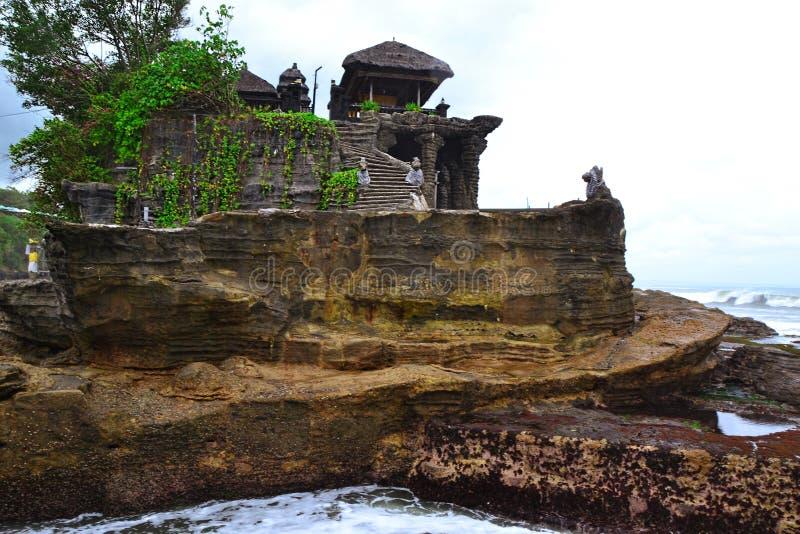 他在海滩的巴厘语寺庙 图库摄影