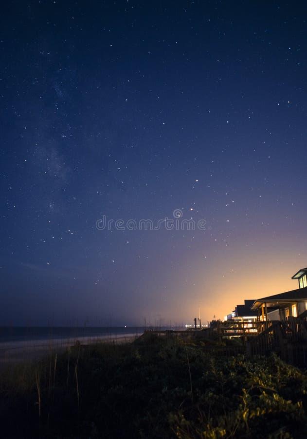 在海滩的满天星斗的天空 免版税库存图片