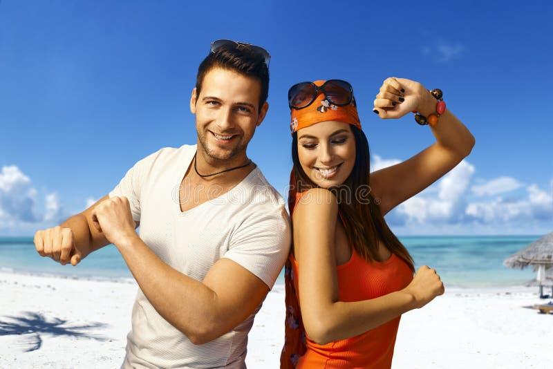 在海滩的年轻夫妇跳舞 免版税库存图片
