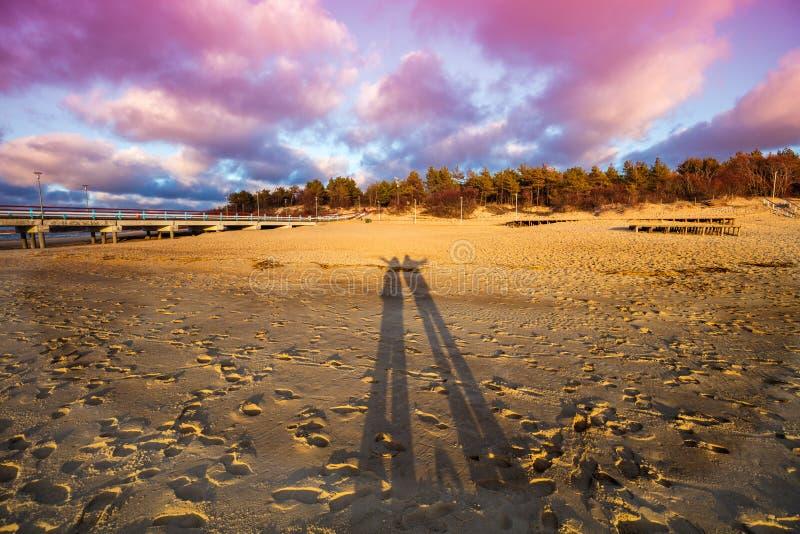在海滩的阴影在日落 免版税库存照片