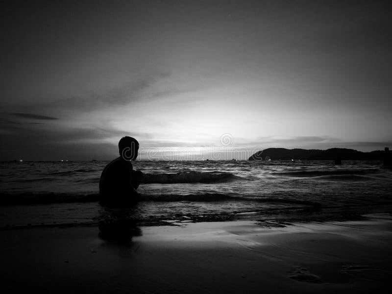 在海滩的黑白日落 免版税库存照片