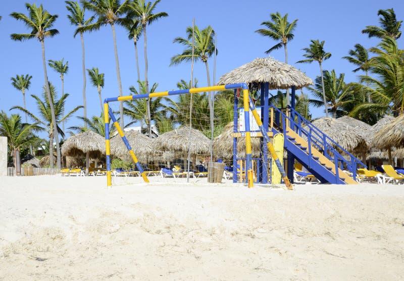 在海滩的黄色和蓝色足球网 免版税图库摄影