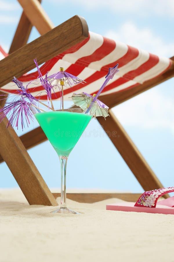 在海滩的Coctail下deckchair 免版税库存图片