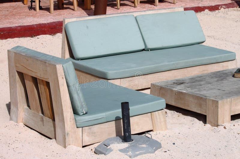 在海滩的Deckchairs 免版税库存图片