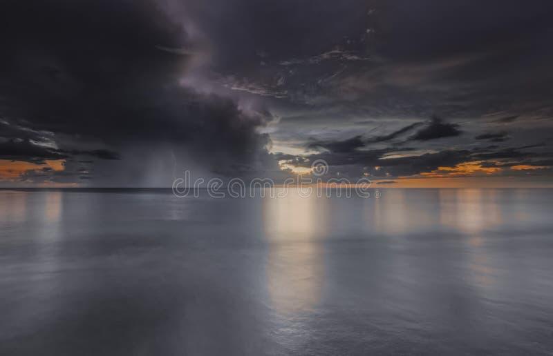 在海洋的Sunst 库存图片