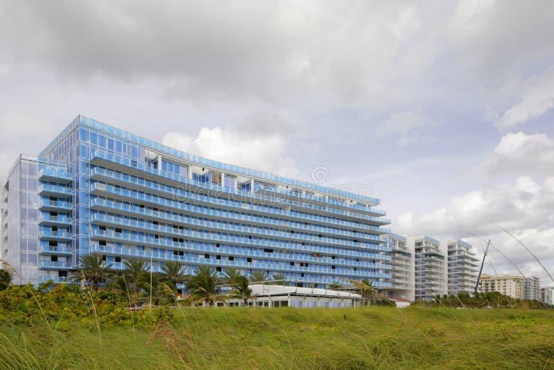 在海滩的Surfside佛罗里达大厦 免版税库存图片