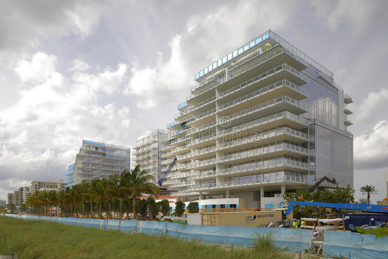 在海滩的Surfside佛罗里达大厦 库存图片