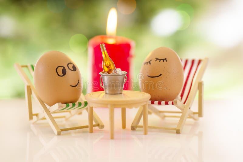 在海滩睡椅放松的滑稽的鸡蛋 免版税库存照片