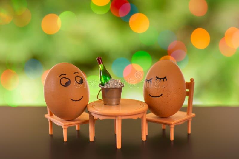 在海滩睡椅放松的滑稽的鸡蛋 免版税库存图片