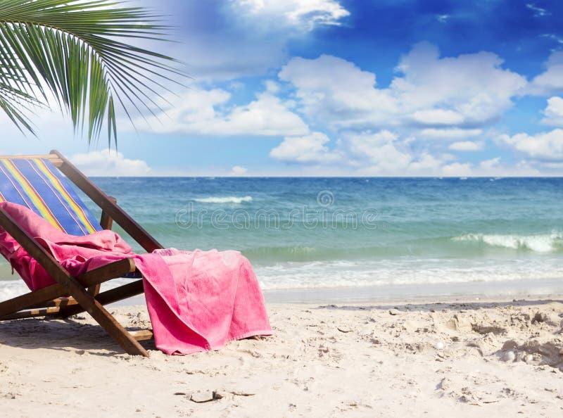 在海滩睡椅的毛巾在美丽的热带海滩 免版税库存照片