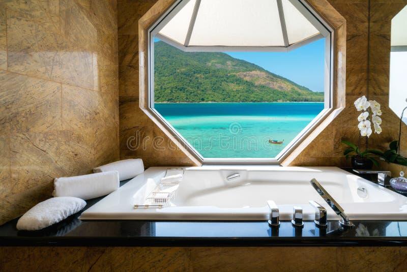 在海滩胜地,窗口图fr的豪华美好的室内设计 免版税库存图片