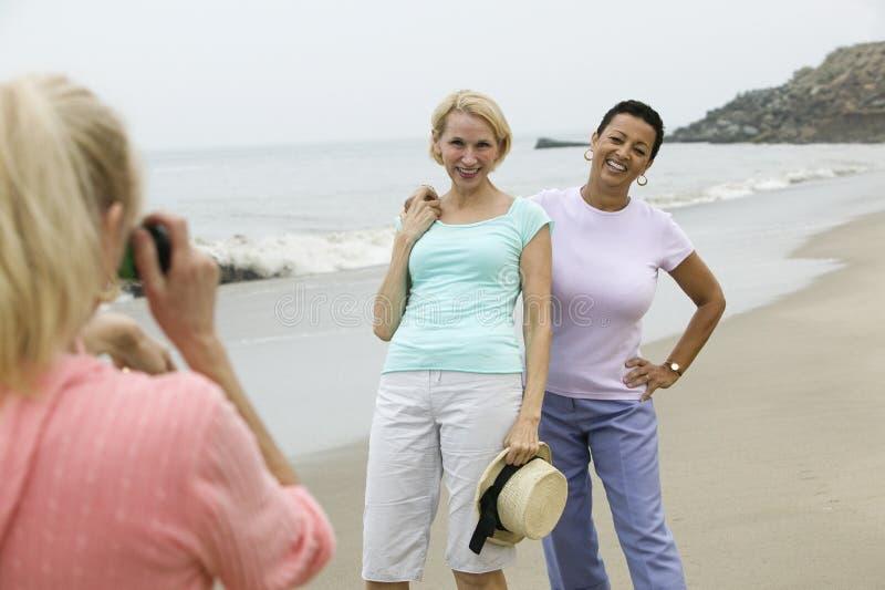 在海滩被拍摄的两名妇女 库存图片