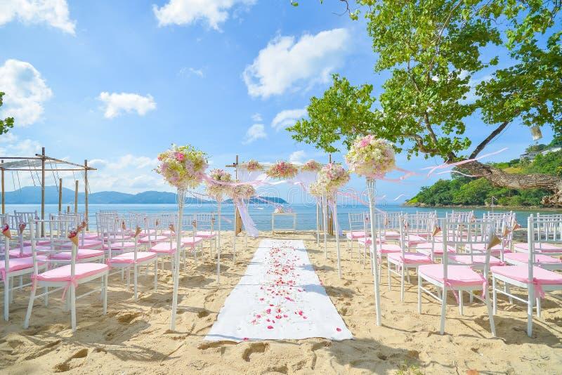 在海滩设定的Bautiful婚礼 库存图片