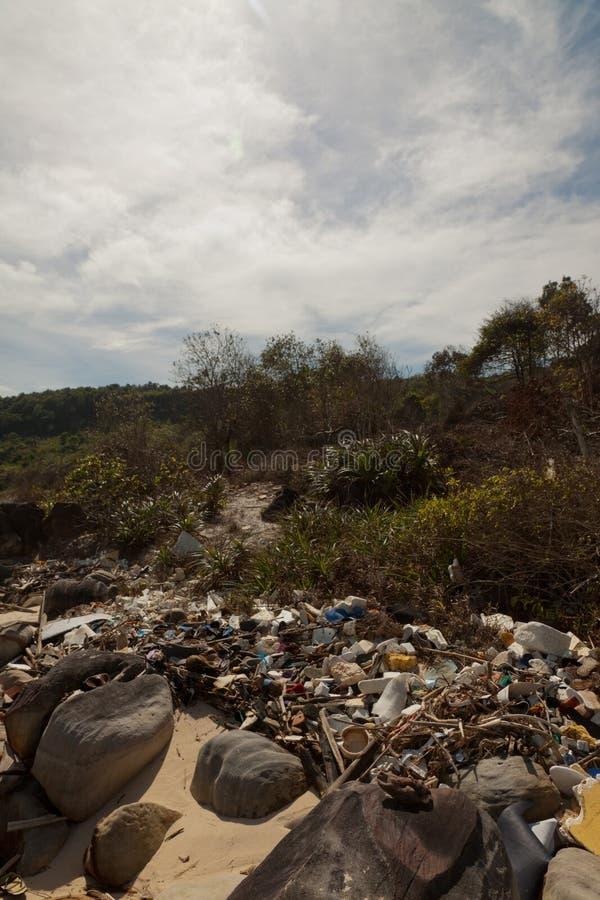 在海滩越南的自发垃圾堆 库存图片