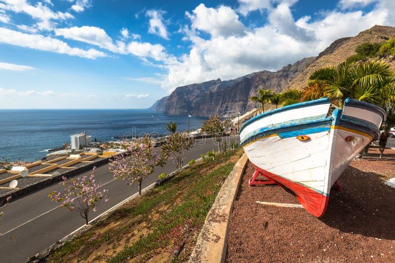 在海洋附近的五颜六色的被绘的渔船Los的Gigantes, T 免版税图库摄影