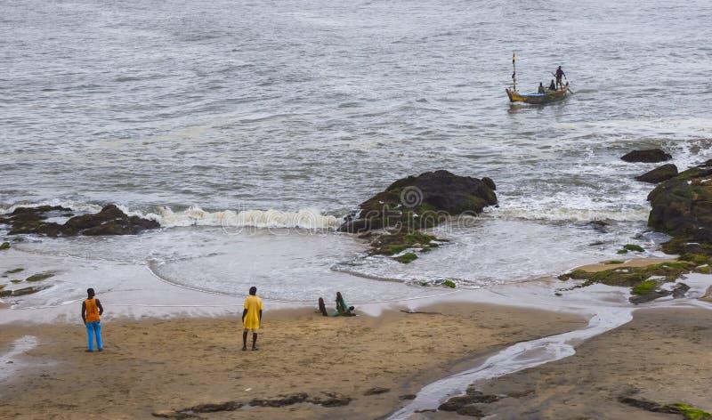 在海洋附近的渔船在加纳(西非)沿岸航行 免版税库存图片