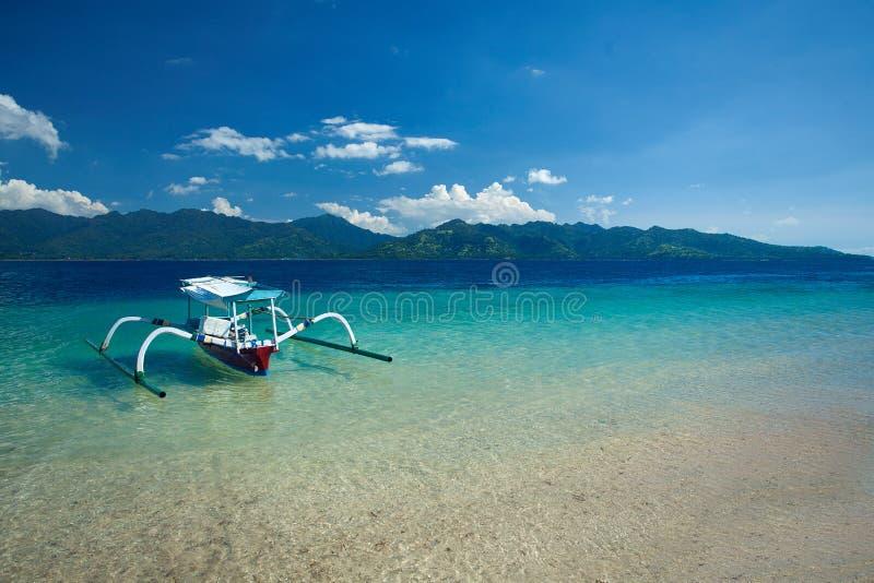 在海滩Gili Trawangan,北部龙目岛,印度尼西亚,亚洲的小船 免版税图库摄影
