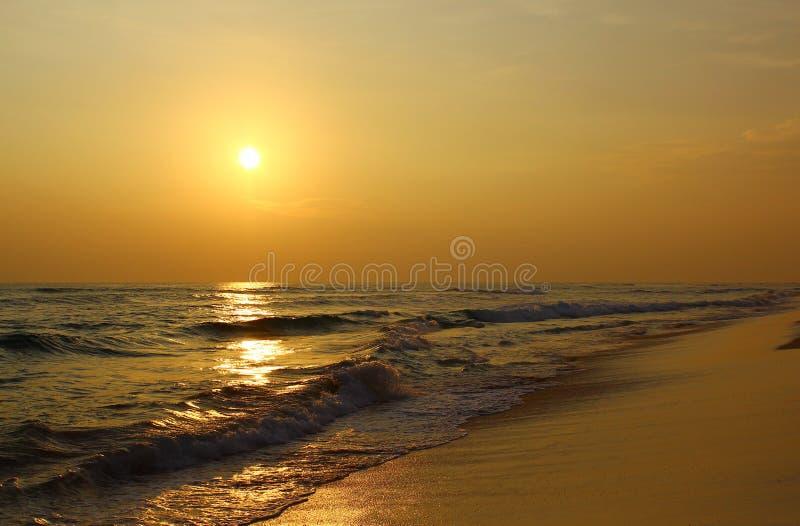 在海滩Koggala的五颜六色的日落 免版税库存图片