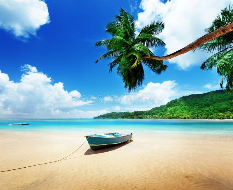在海滩Mahe海岛上的小船 免版税图库摄影