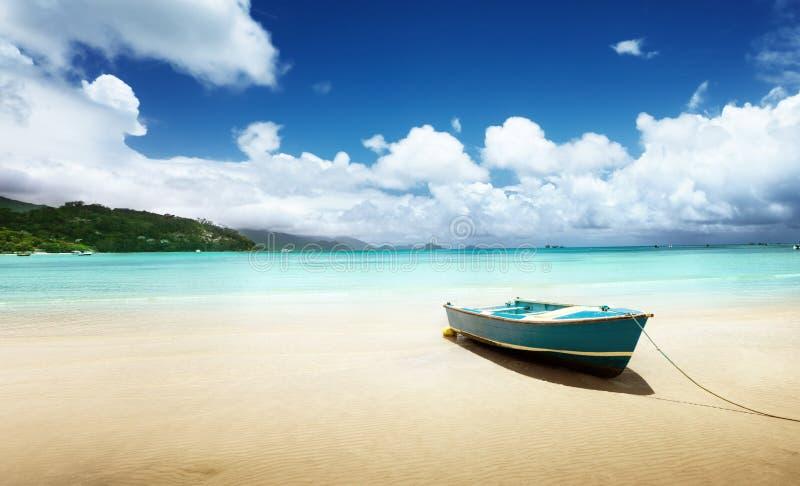 在海滩Mahe海岛上的小船 图库摄影