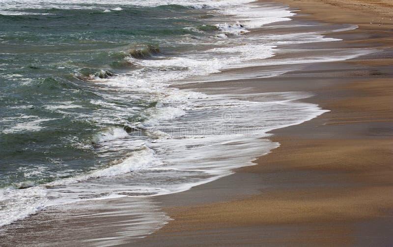 在海滩Mediteranea的波浪 库存图片