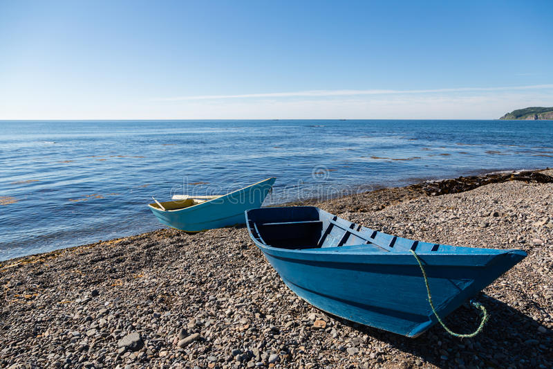 在海Pebble海滩的木渔船 免版税图库摄影