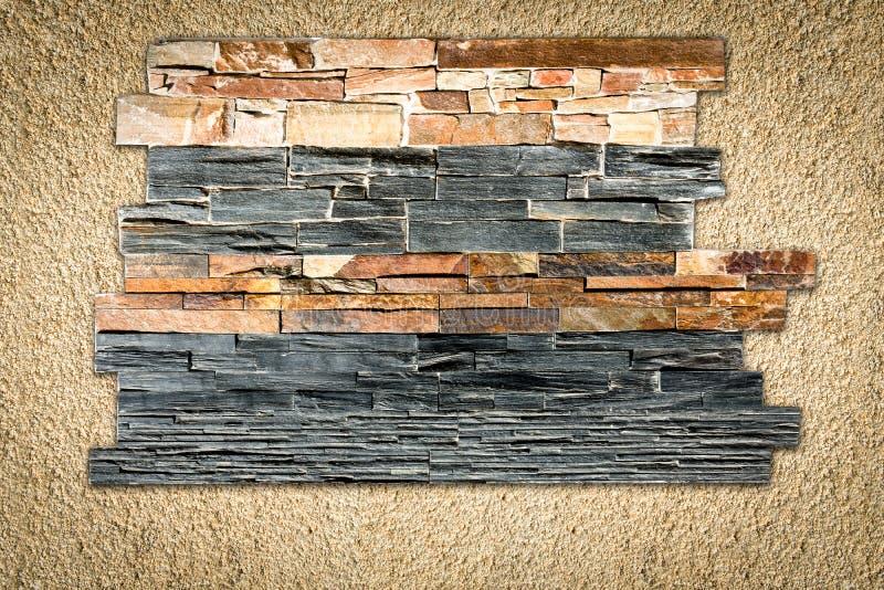 在涂灰泥的墙壁上的装饰石头 免版税库存图片