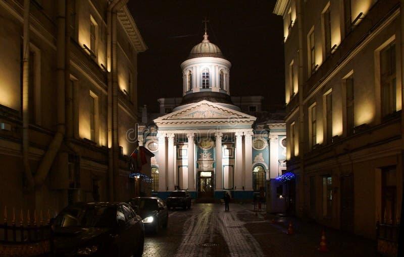 在涅夫斯基Prospekt和亚美尼亚教会的冬天晚上 库存照片
