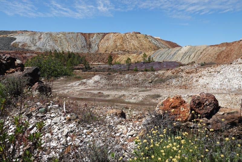 在涅尔瓦附近的力拓河coulorful山风景在西班牙 免版税库存照片