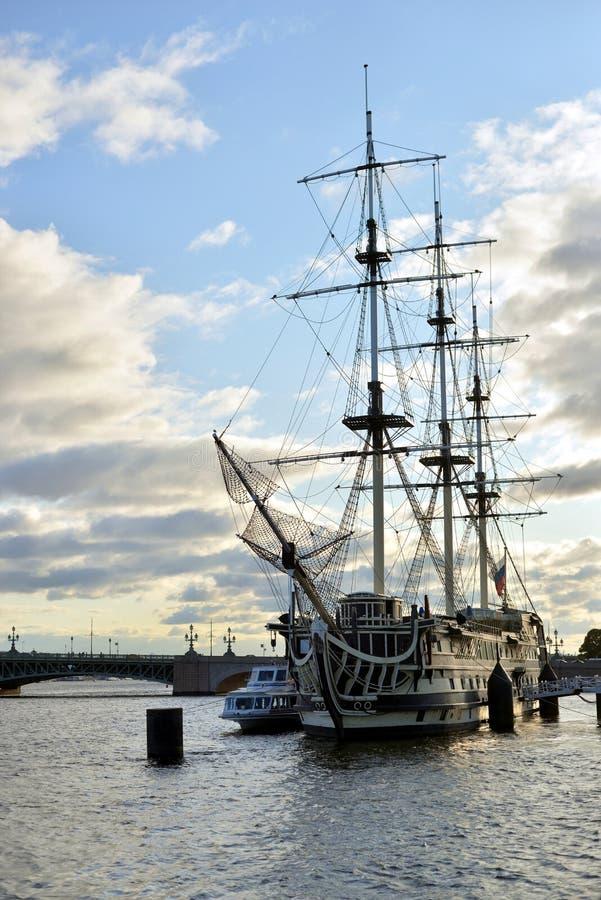 在涅瓦河的帆船 免版税库存图片
