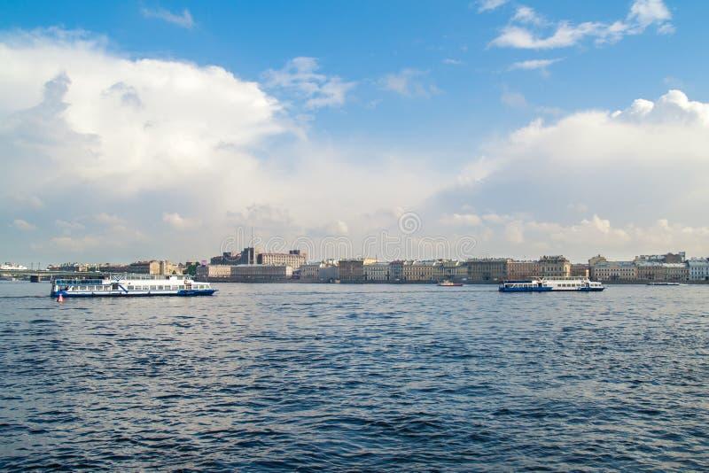 在涅瓦河的游船在圣彼德堡  免版税库存图片