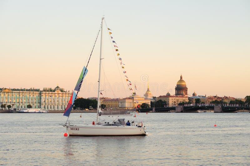在涅瓦河的游艇 免版税库存图片