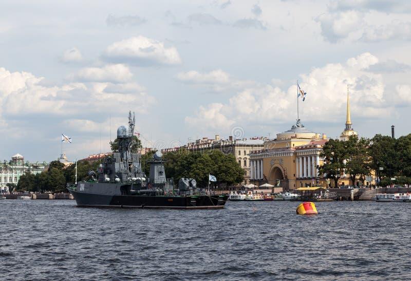 在涅瓦河的船 圣彼德堡 库存照片