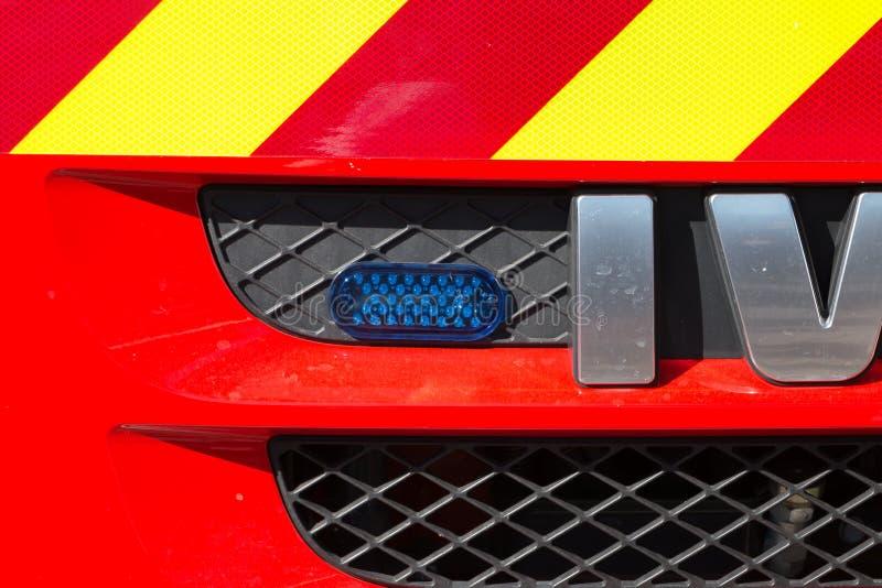 在消防车的前面的蓝色一刹那光 免版税库存图片