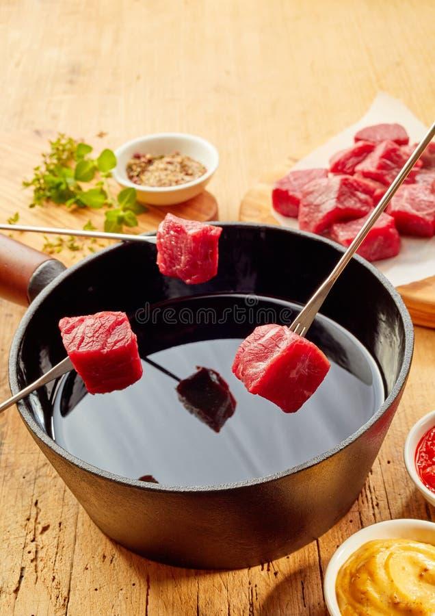 在涮制菜肴被烹调的头等嫩牛肉 免版税库存图片